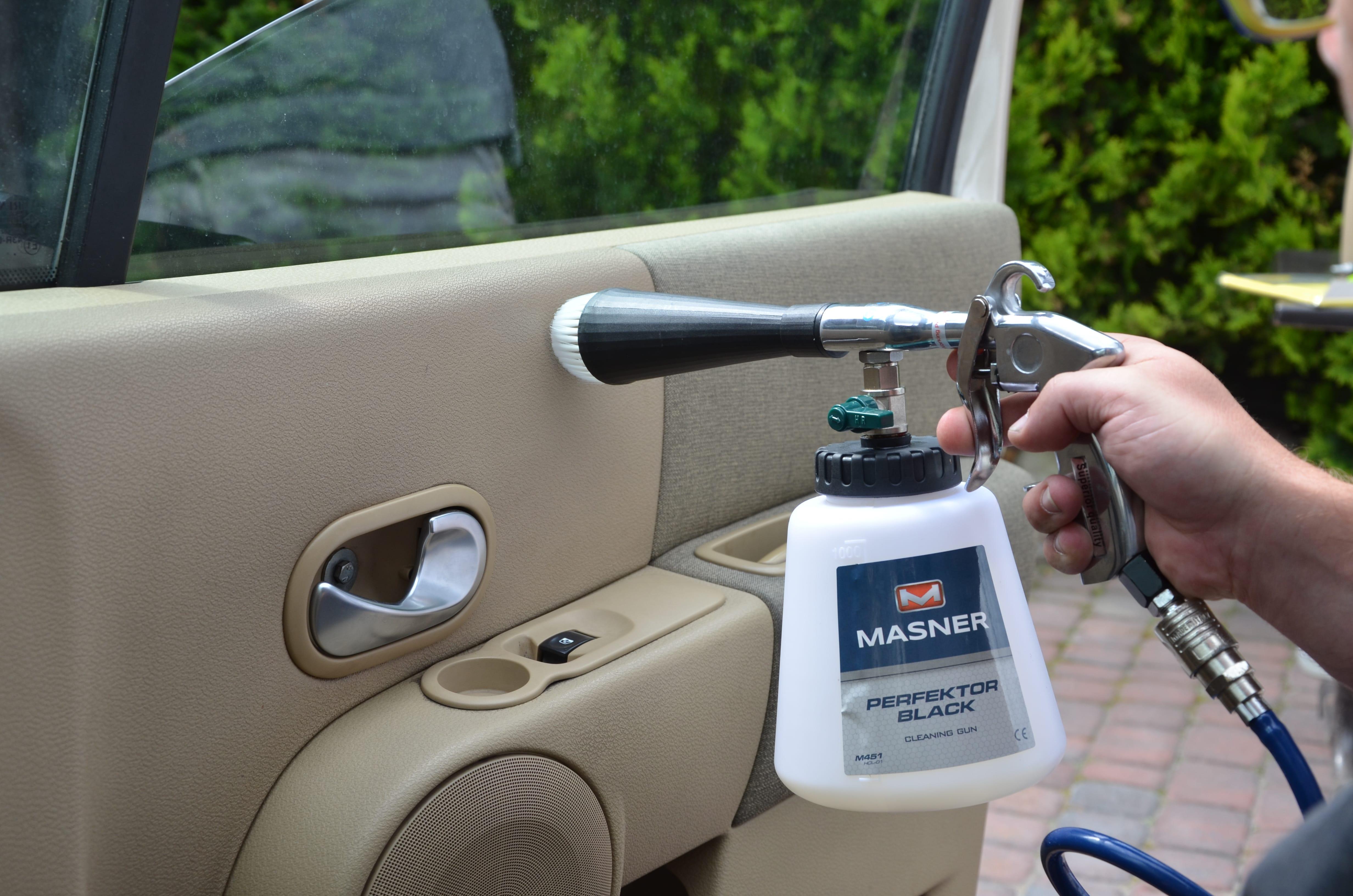 Czyszczenie drzwi samochodu przy pomocy pistoletu Perfektor Black